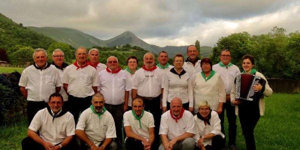 Concert de chants basque avec le groupe KANTA HERGARAI et ETXEKOAK. Le groupe Kanta Hergarai a été créé en 2016 au village de LECUMBERRI dans la vallée d'Hergarai sur la route d'Iraty (à coté de St Jean Pied de Port). Il se produit régulièrement à St Jean Pied de Port. La formation propose un répertoire de chants basques traditionnels. Elle a aussi la particularité d'avoir un groupe de choristes et un chef de chœur tous issus de la vallée de l'Hergarai. C'est avec un grand plaisir que nous les accueillons pour un concert à Tresses (33).